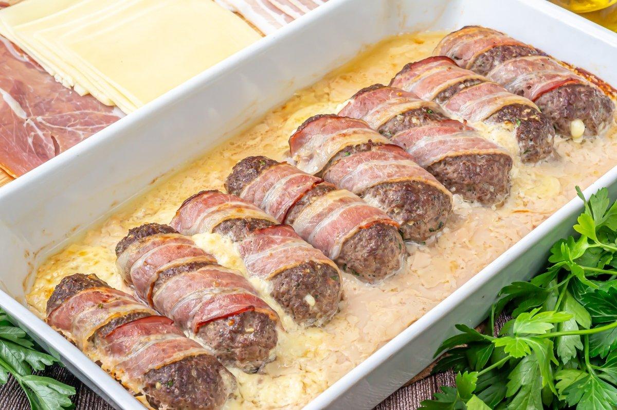 Hornear los rollos de carne picada rellenos
