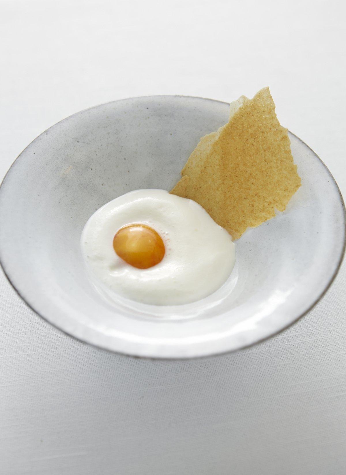 Huevo curado, avena y leche de cabra del restaurante Gastrologik