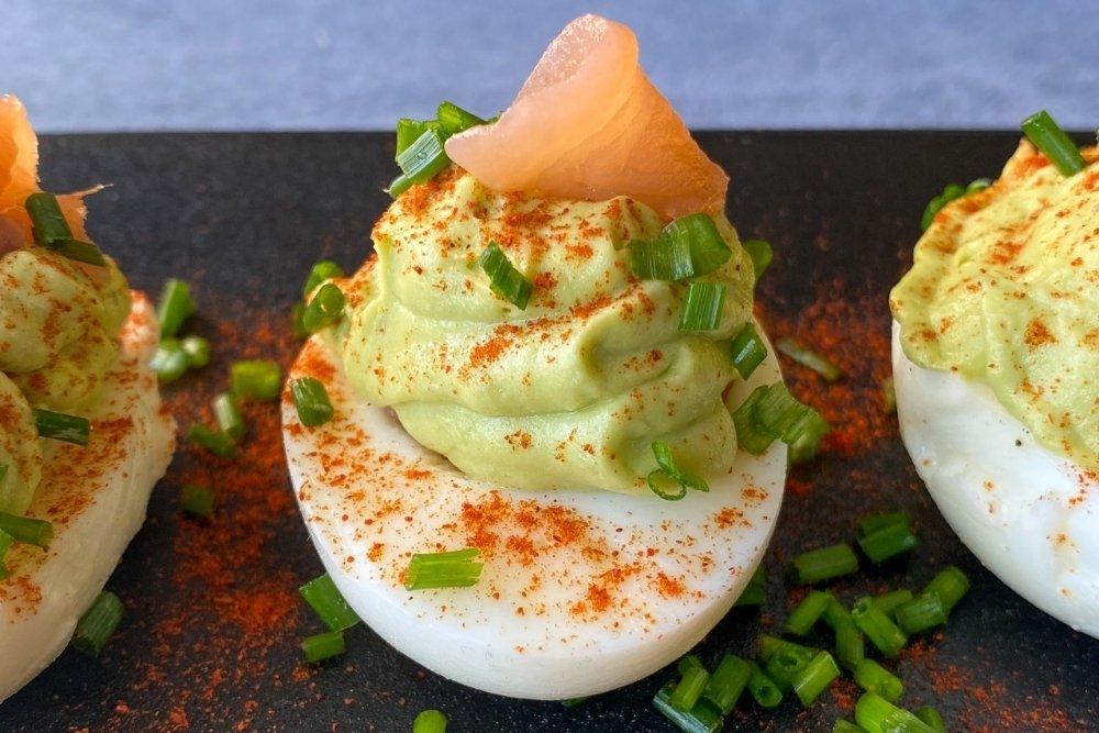 Huevo relleno decorado con salmón
