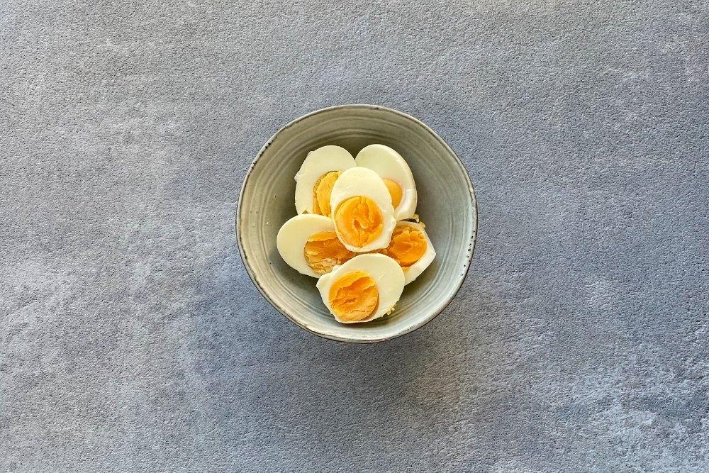 Huevos cocidos para rellenar con aguacate y salmón