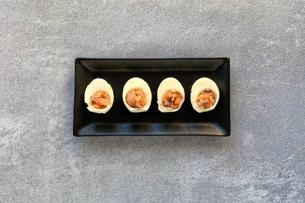 Huevos rellenos de salmón marinado