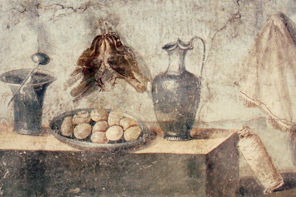 Huevos, zorzales, vasos y servilleta en un mural pintado de Pompeya