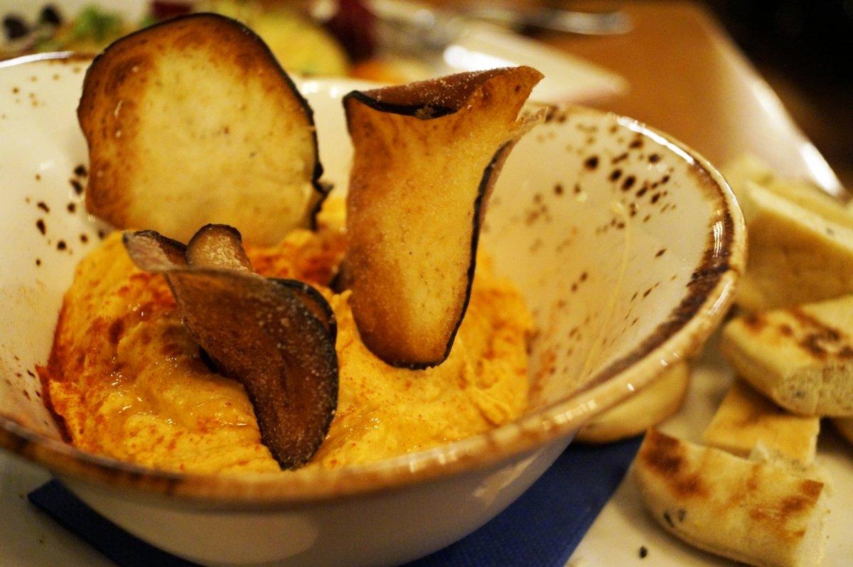 Hummus con berenjena frita y miel del restaurante Colombo