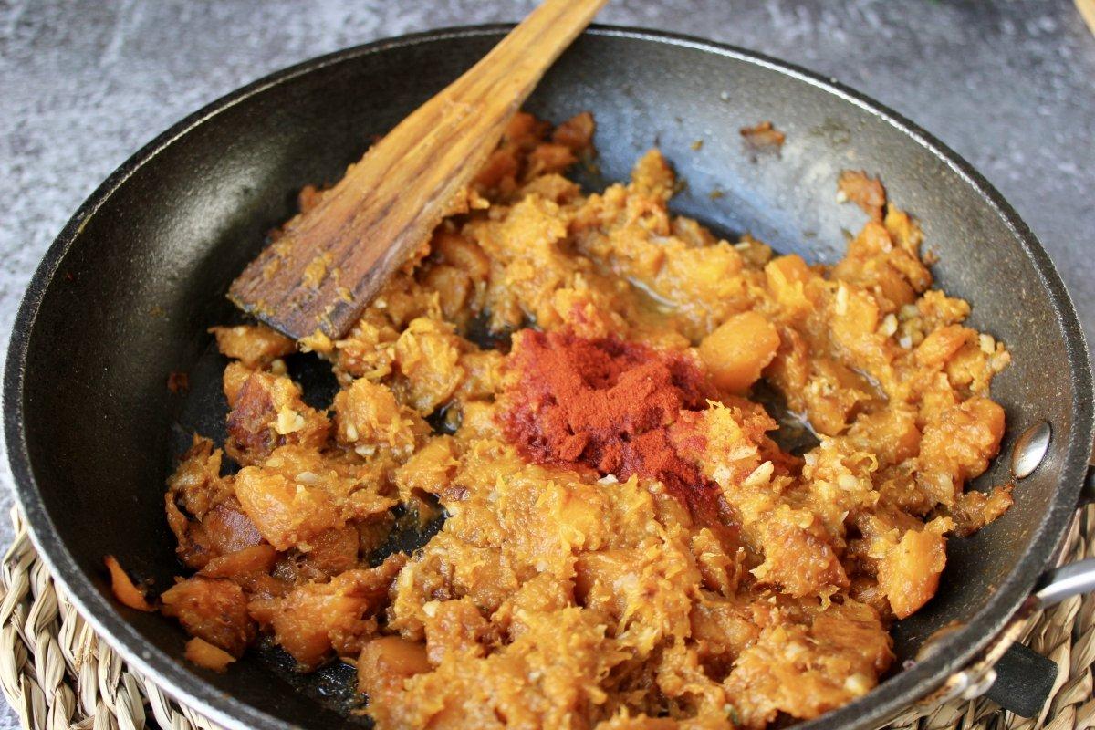 Incorporación del pimentón y del vinagre a la calabaza frita