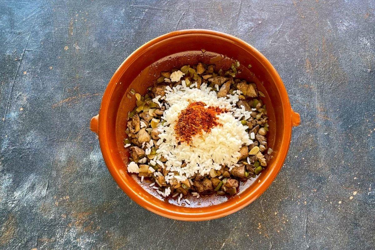 Incorporar a la cazuela el arroz y las especias