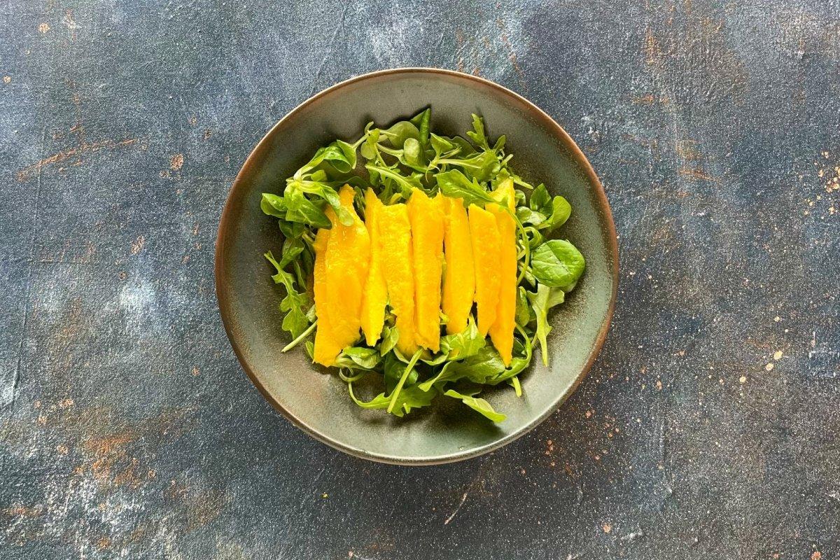 Incorporar a la ensalada el mango cortado a tiras
