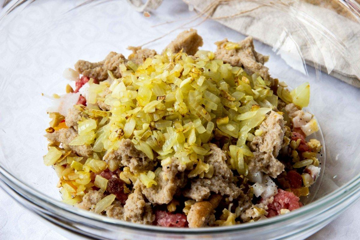 Incorporar a la mezcla del relleno la cebolla pochada y el pan hidratado en caldo