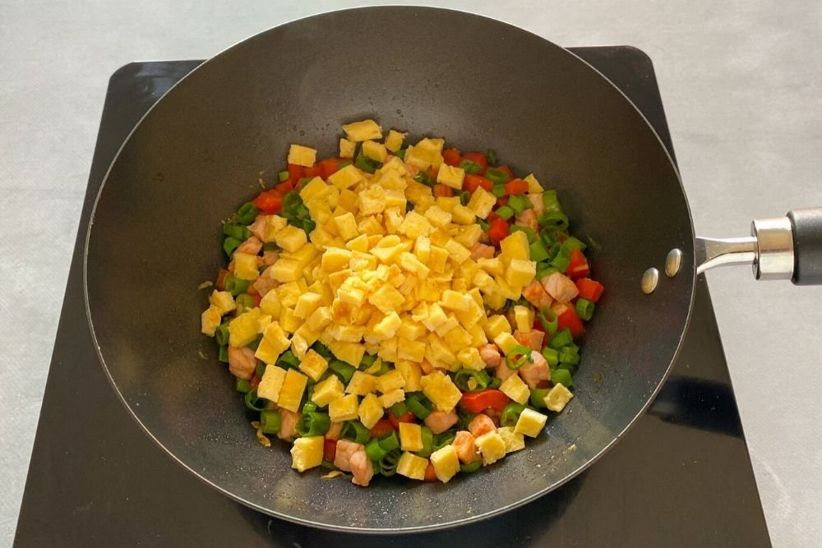 Incorporar al wok la tortilla troceada
