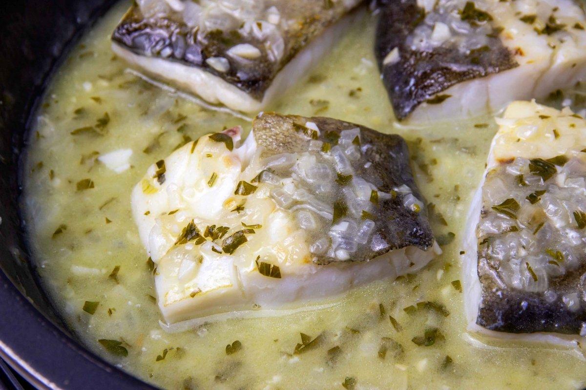Incorporar el bacalao a la salsa verde