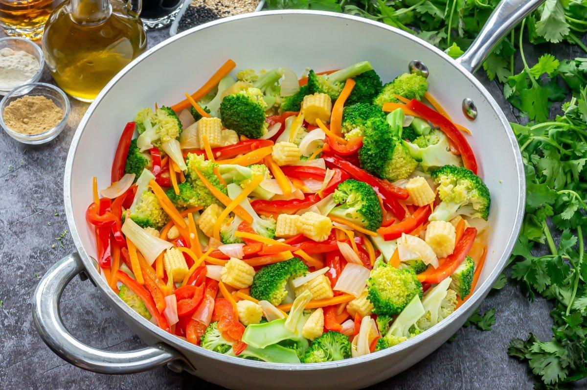Incorporar el brócoli y las mazorquitas