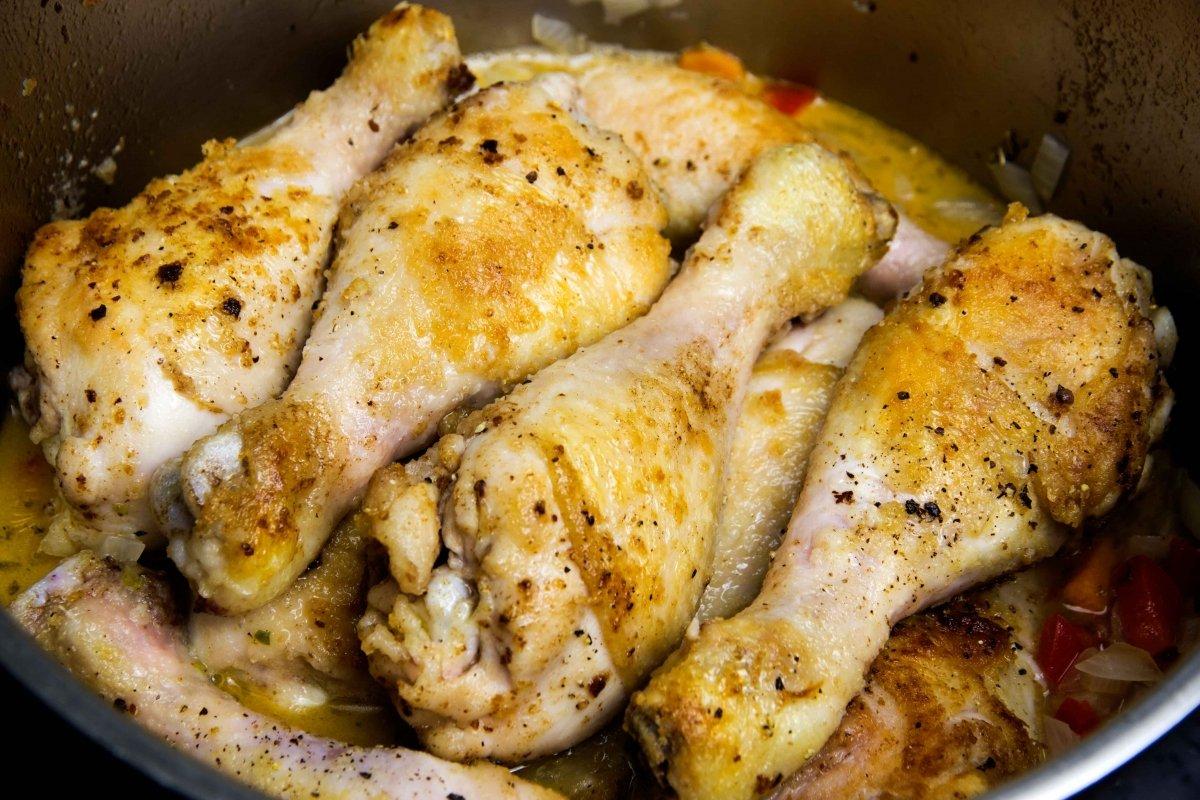 Incorporar el pollo dorado a la olla y cerrar