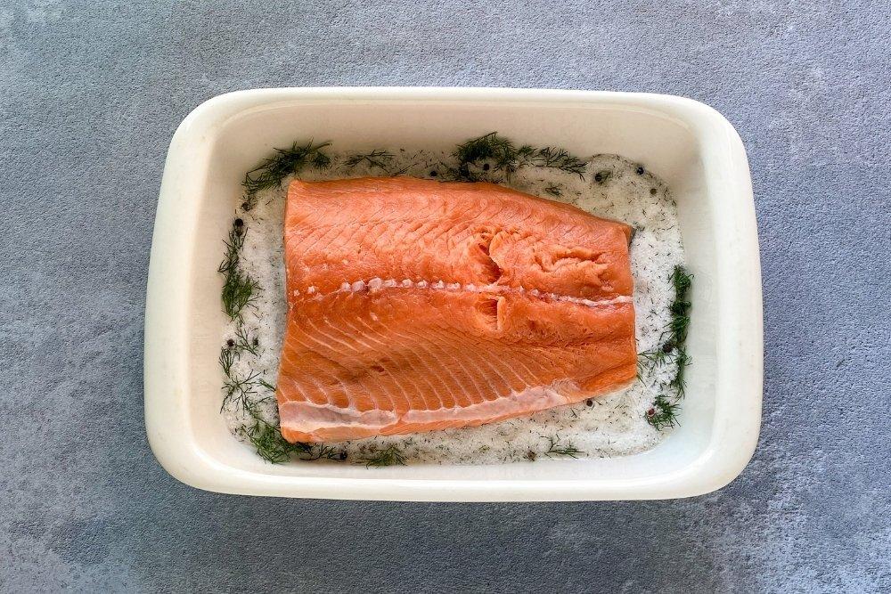 Incorporar el salmón a la bandeja
