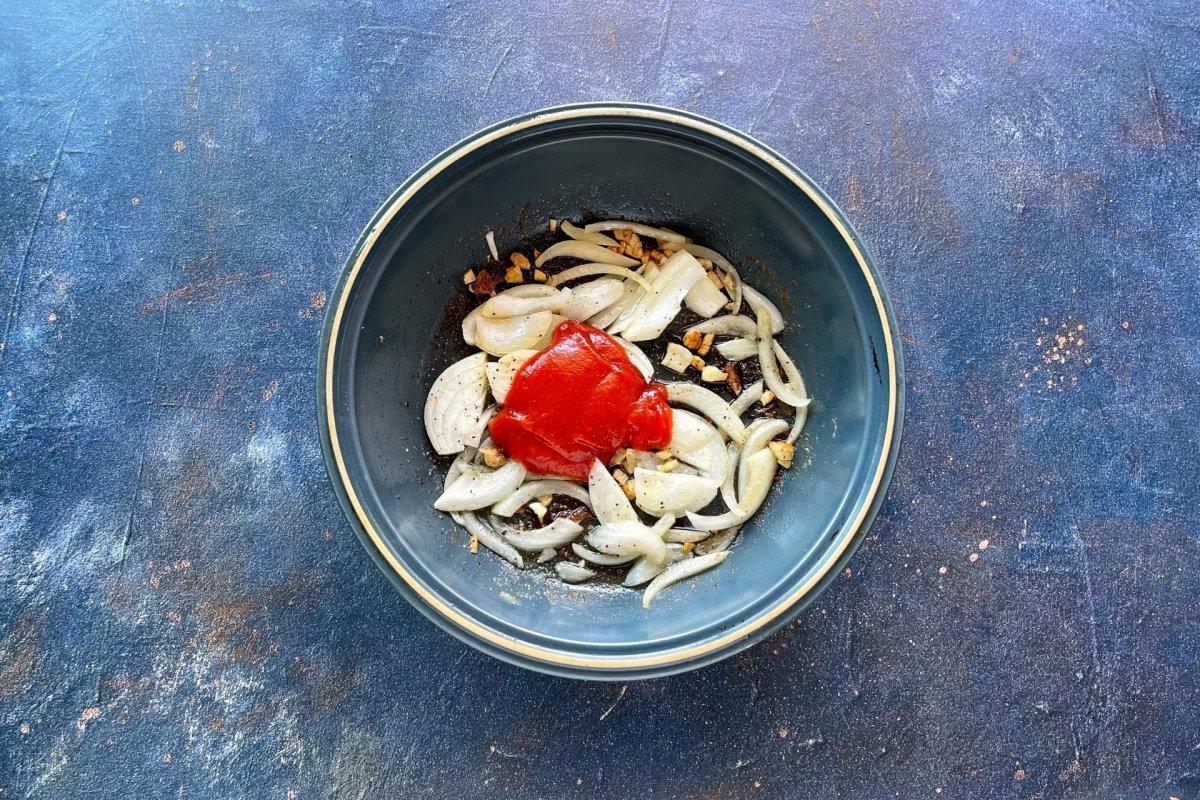 Incorporar el tomate frito al sofrito