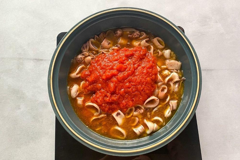 Incorporar el tomate frito casero y el chile molido al gusto