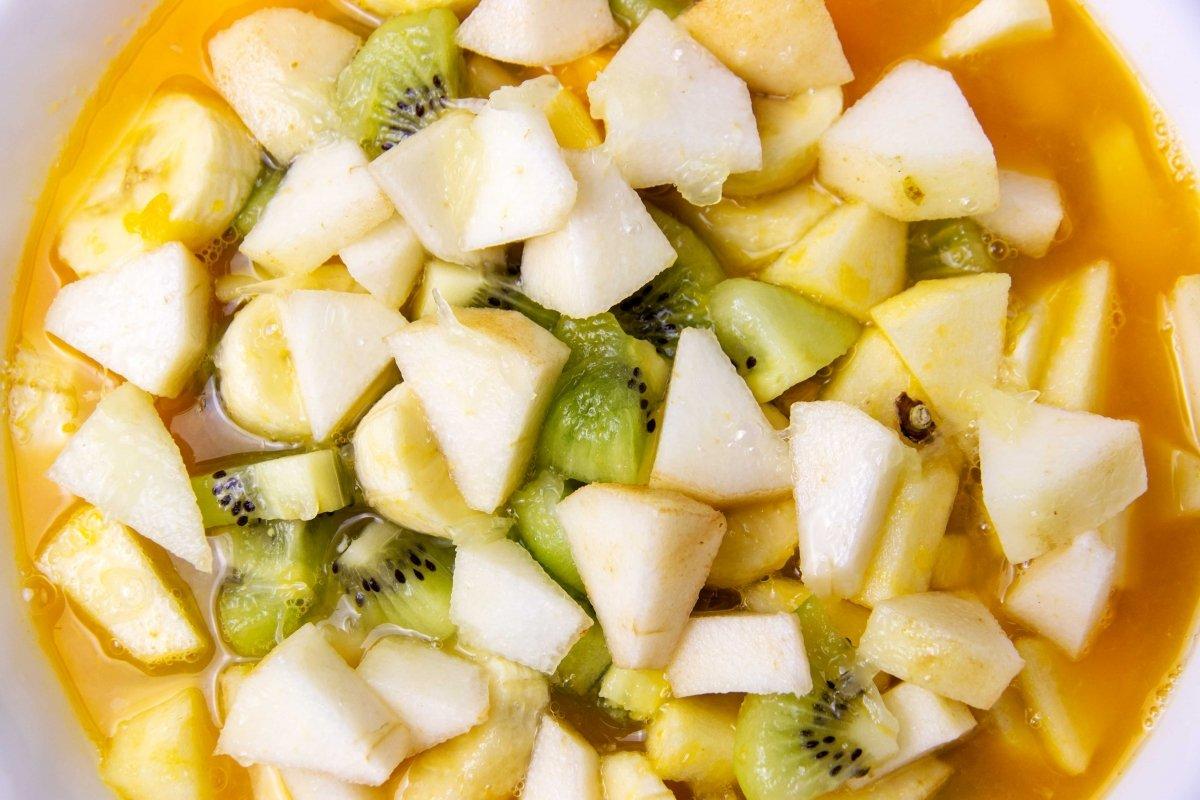 Incorporar el zumo y el resto de frutas a la macedonia