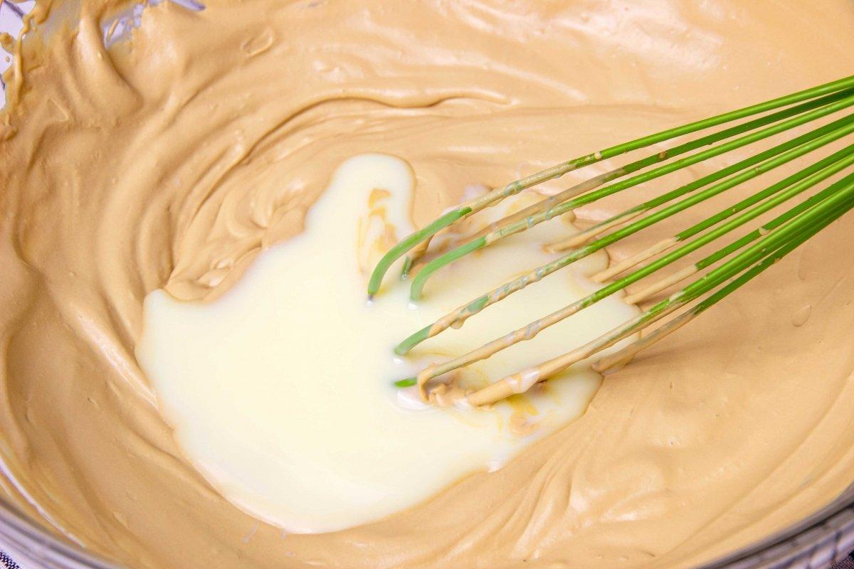 Incorporar la leche condensada a la nata montada para hacer el helado de café