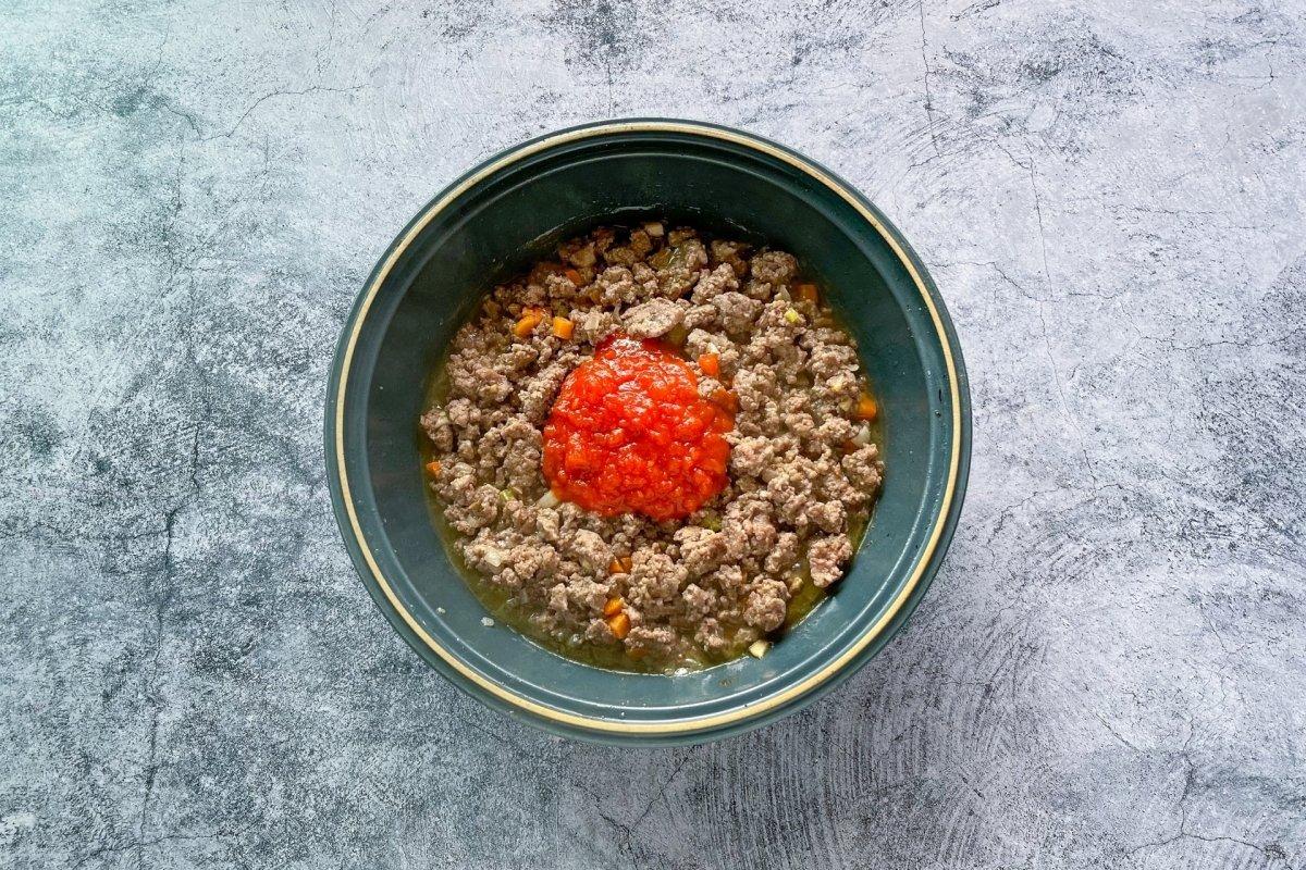 Incorporar la salas de tomate frito casero al sofrito