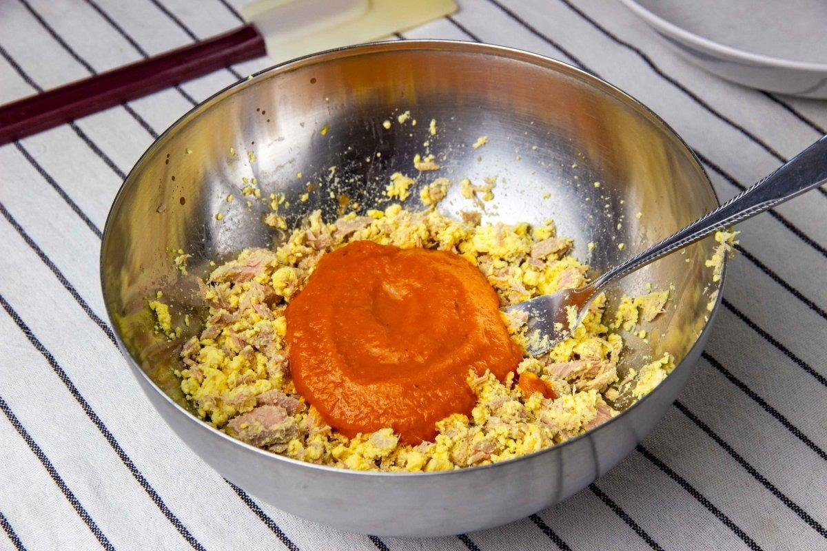Incorporar la salsa de tomate al bonito y las yemas para hacer los huevos con bechamel