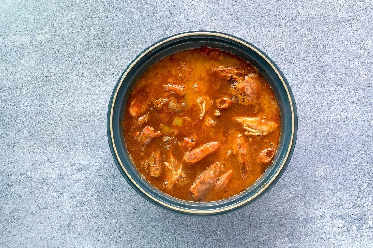 Incorporar la salsa de tomate y el caldo de pescado