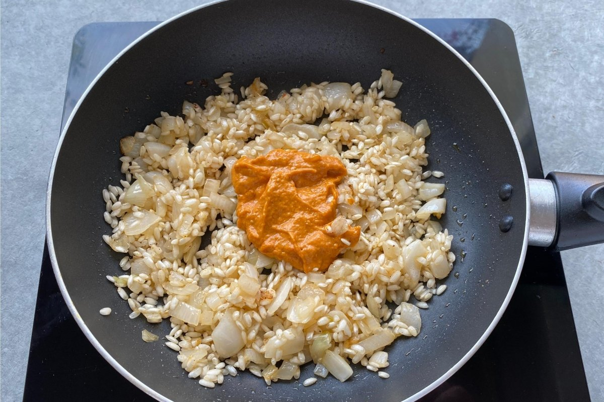 Incorporar la salsa romesco