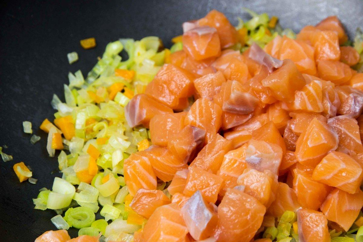 Incorporar salmón y saltear para hacer el pastel de salmón