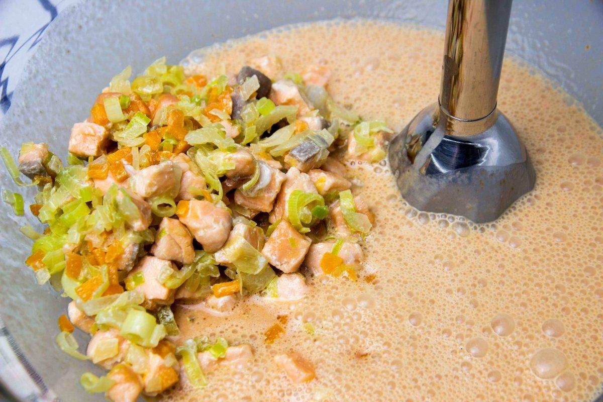 Incorporar verduras y salmón al bol y batir mezcla para el pastel de salmón
