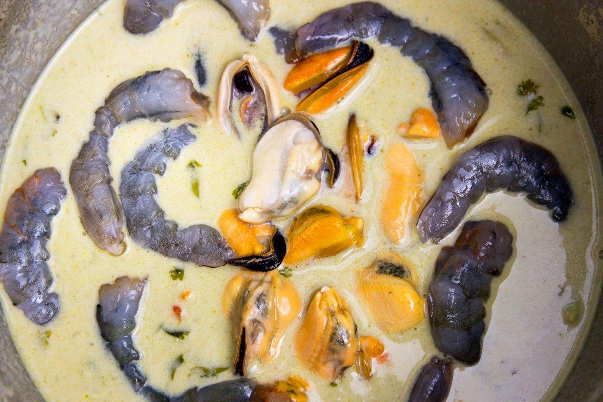 Incorporarlos mejillones y langostinos al curry verde