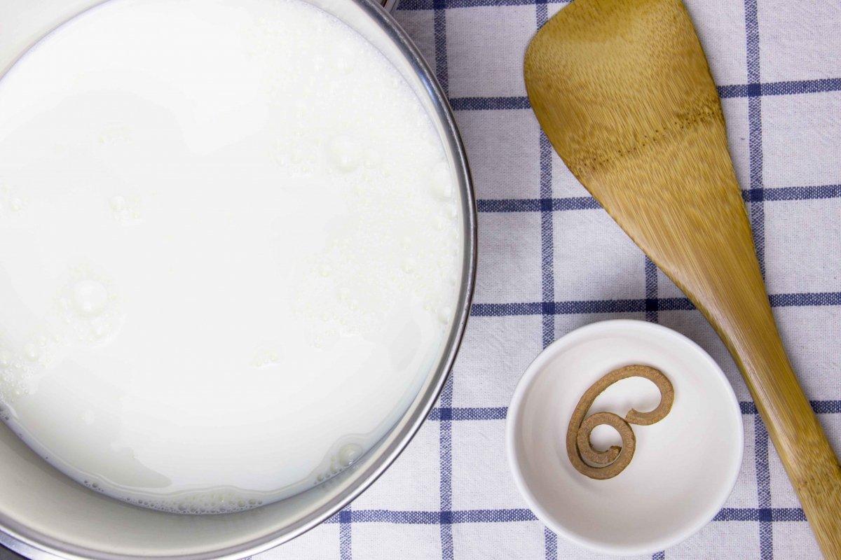 Infusionar la leche con canela casia para hacer el flan de canela
