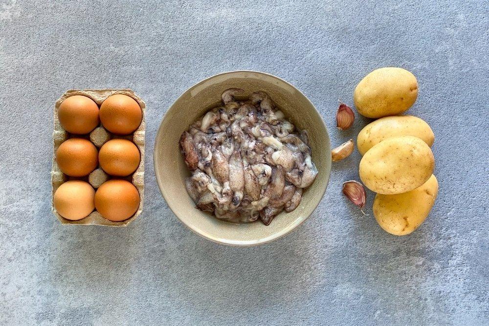 Ingedientes para elaborar huevos rotos con chipirones