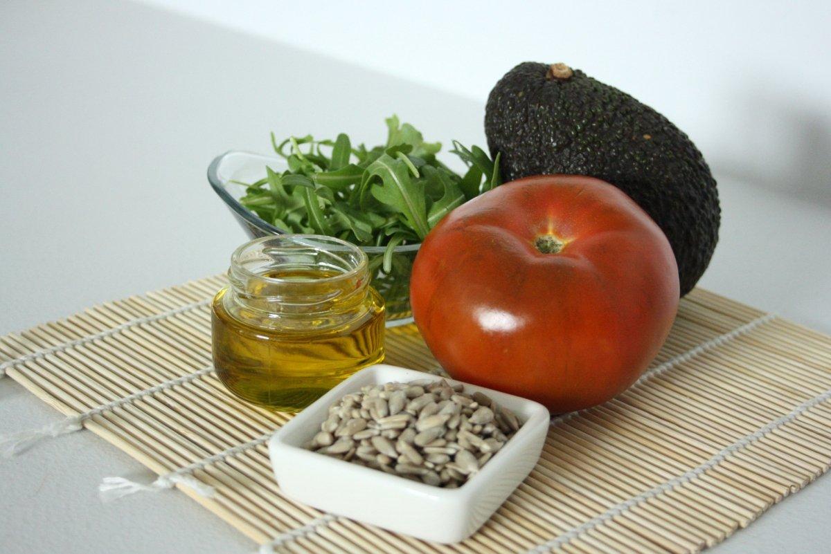 Ingredientes de la ensalada de aguacate y tomate