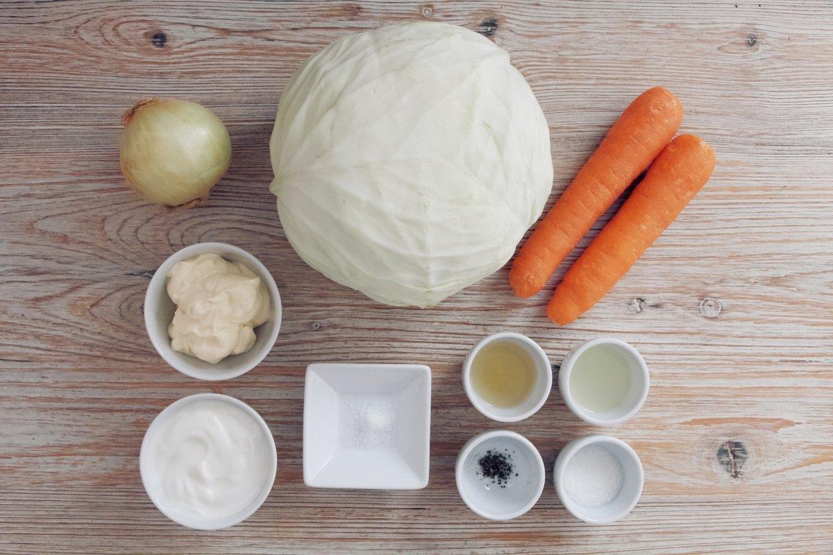 Ingredientes de la ensalada de col y zanahoria