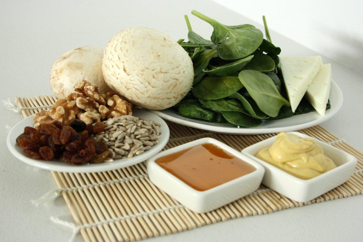 Ingredientes de la ensalada de espinacas