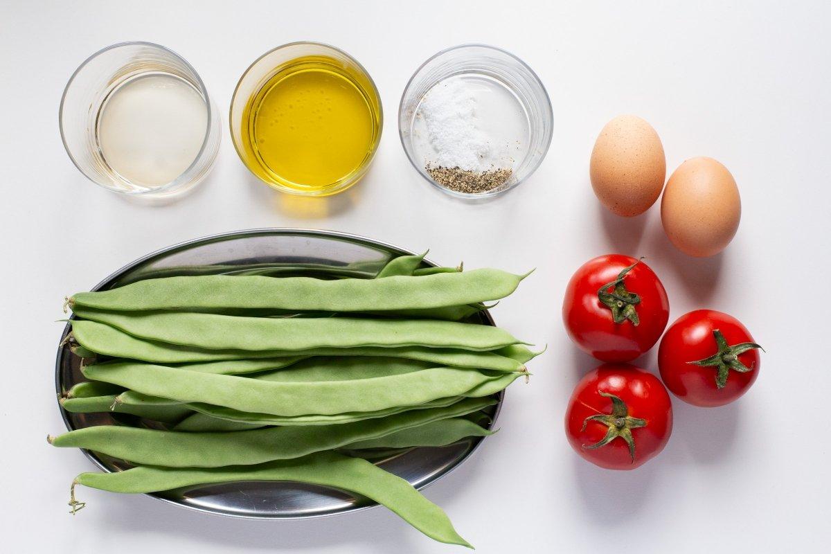 Ingredientes de la ensalada de judías verdes con tomate y huevo cocido