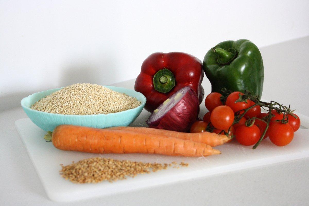 Ingredientes de la quinoa con verduras