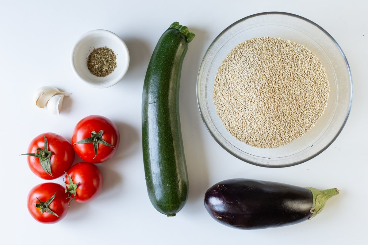 Ingredientes de la quinua con verduras y queso