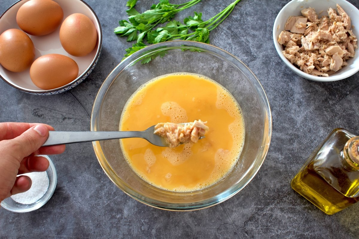 Ingredientes de la tortilla de atún mezclados en un bol