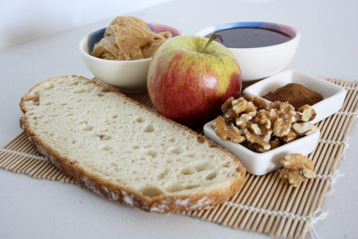Ingredientes de la tostada con crema de cacahuete