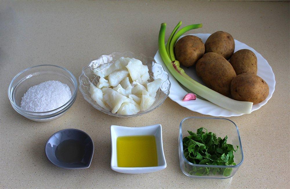 Ingredientes de las patatas aliñadas con bacalao