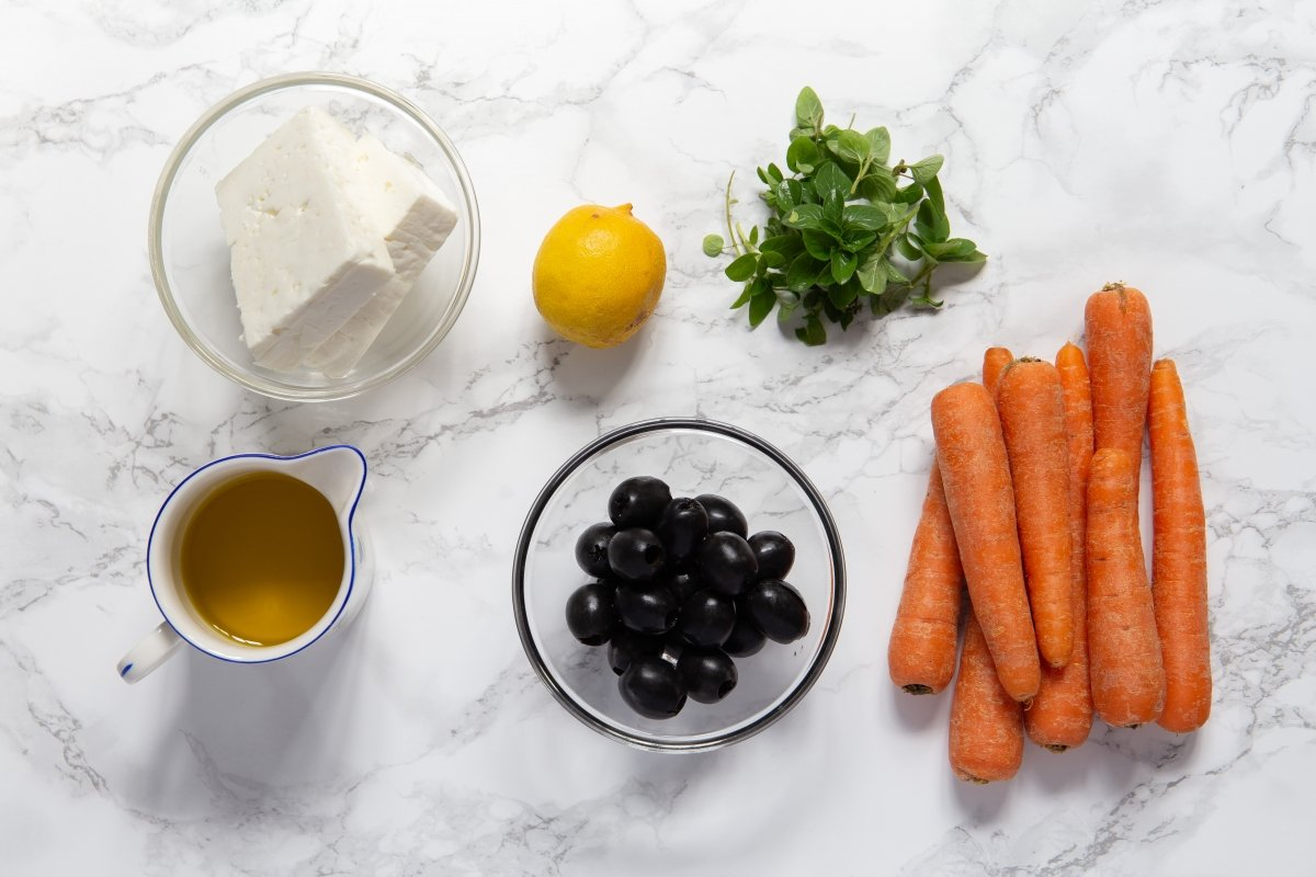 Ingredientes de las zanahorias asadas con queso feta y aliño de aceitunas negras