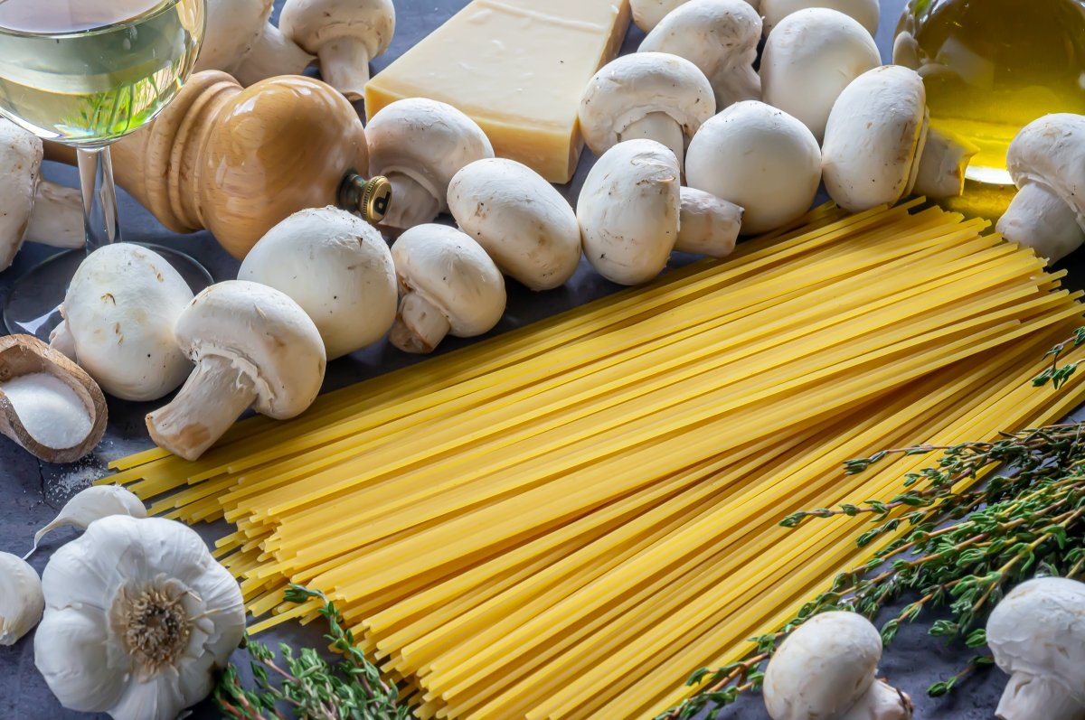 Ingredientes de los espaguetis con champiñones