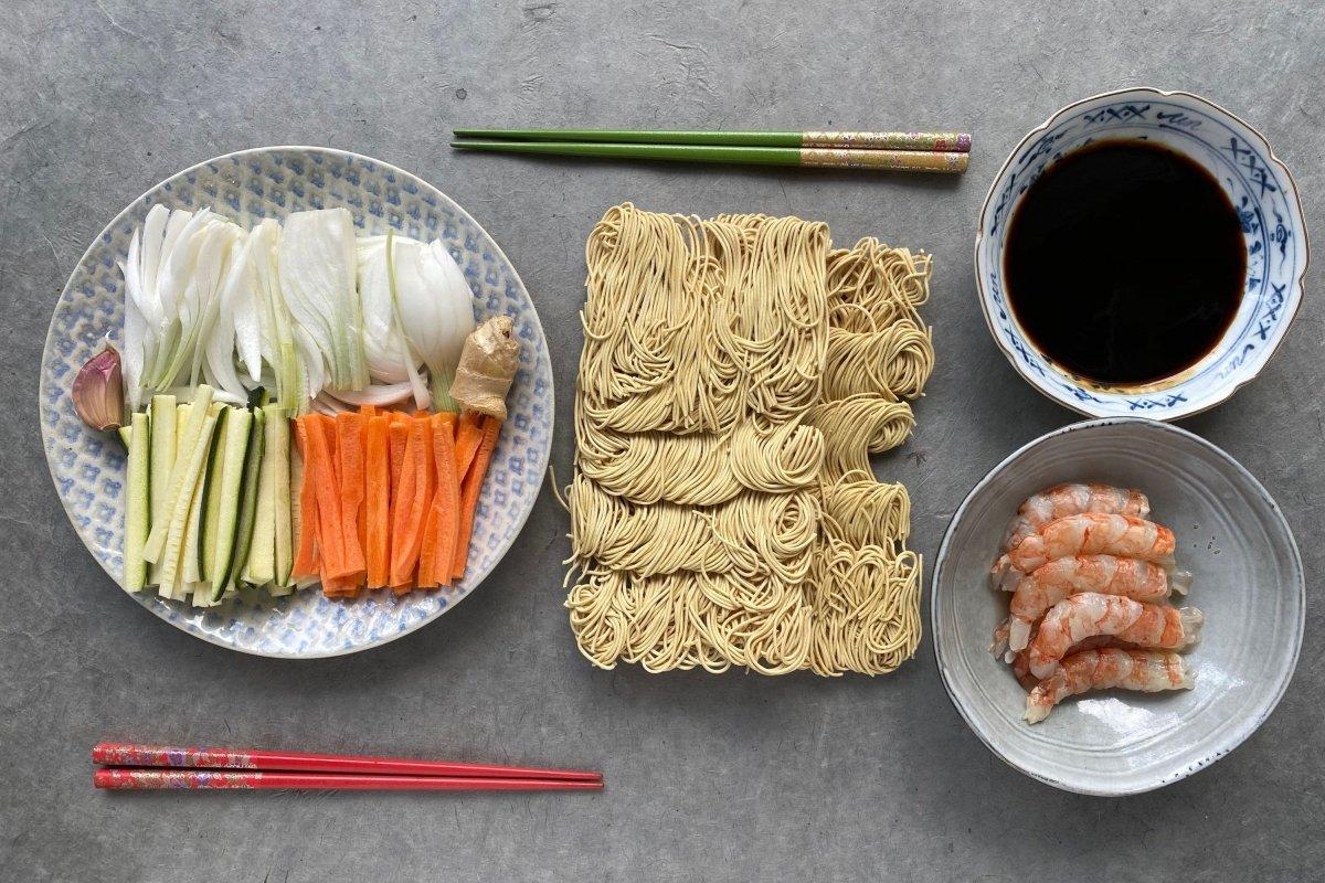 Ingredientes de los fideos yakisoba con gambas