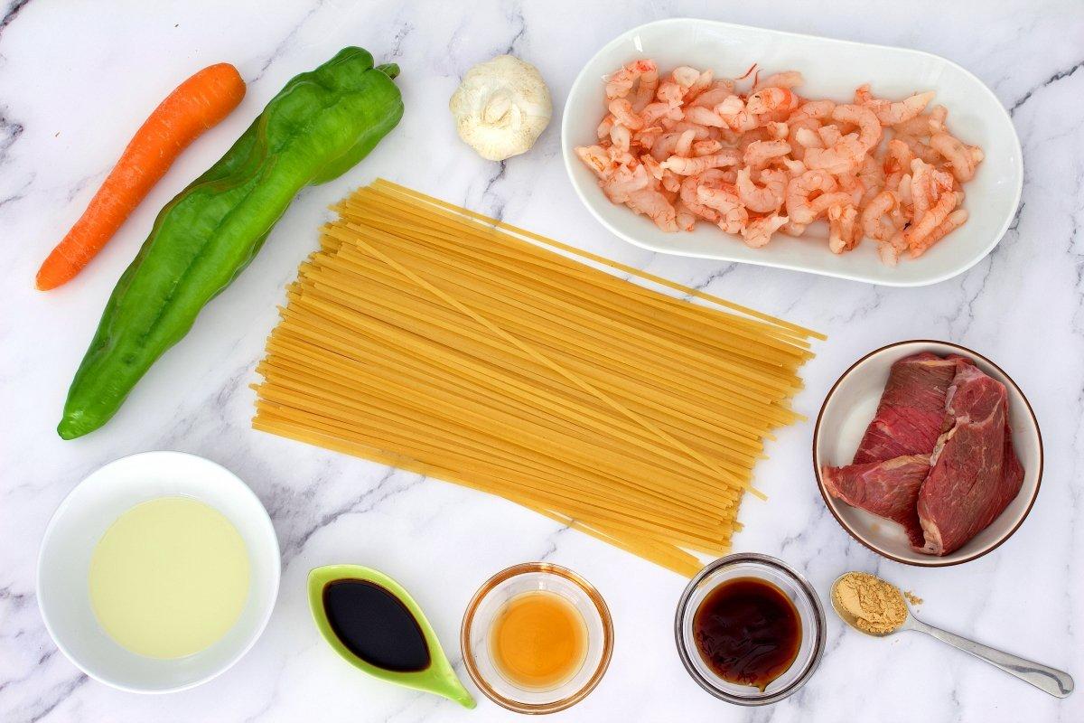 Ingredientes de los tallarines chinos con verduras, carne y gambas
