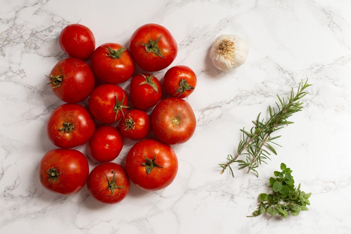 Ingredientes de los tomates asados con hierbas
