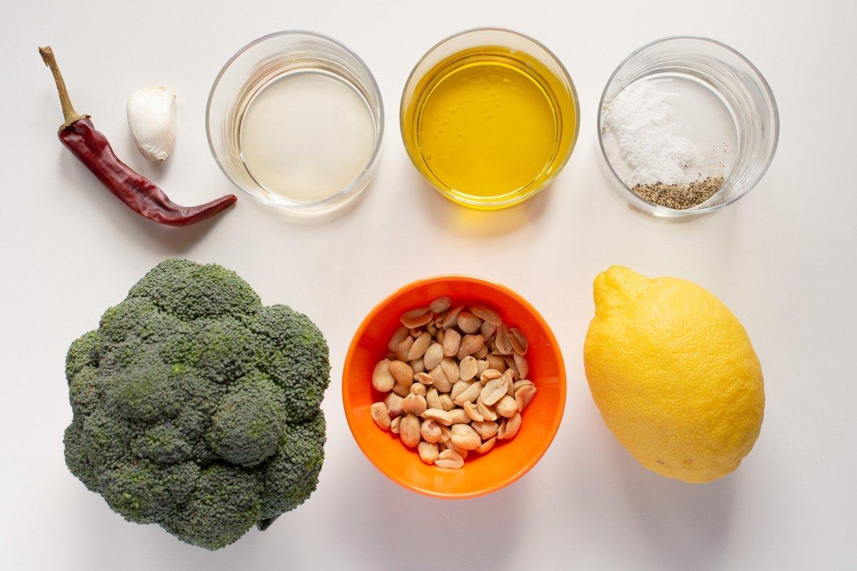 Ingredientes del brócoli a la plancha con ajo, guindilla y cacahuetes