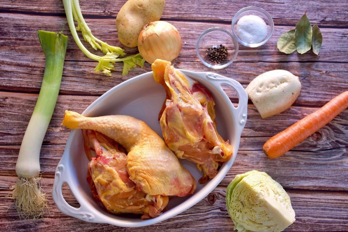 Ingredientes del caldo de pollo casero