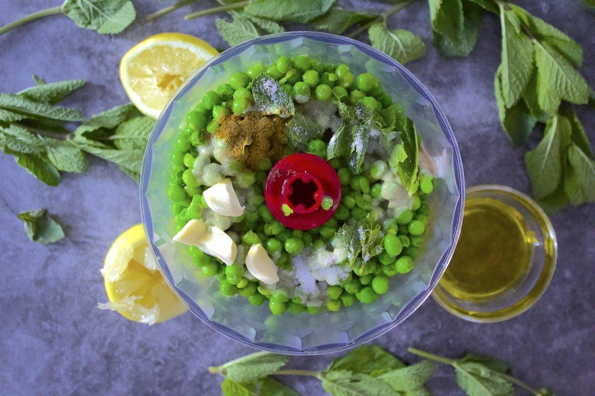 Ingredientes del hummus de guisantes dentro de la batidora