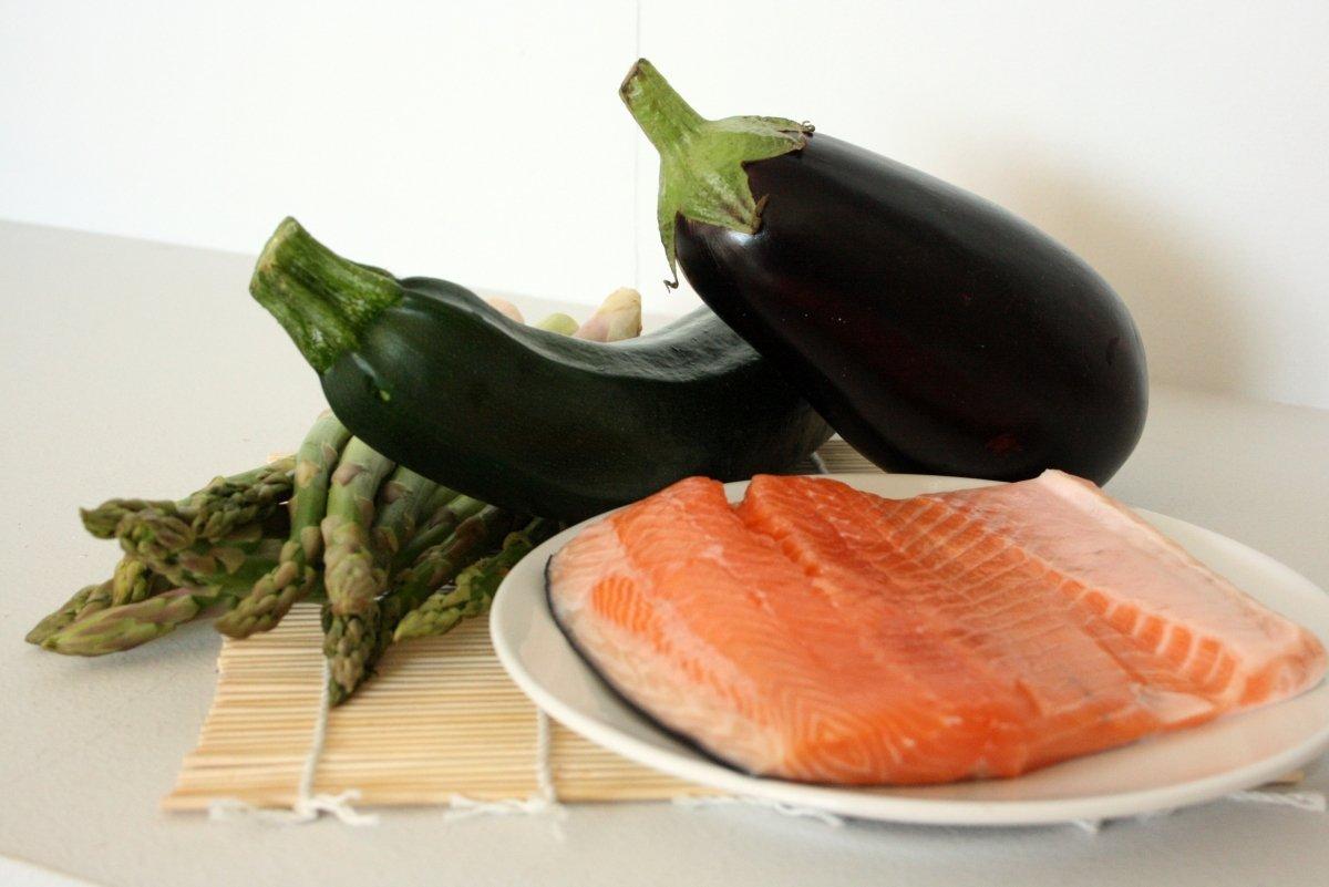 Ingredientes del salmón a la plancha con verduras