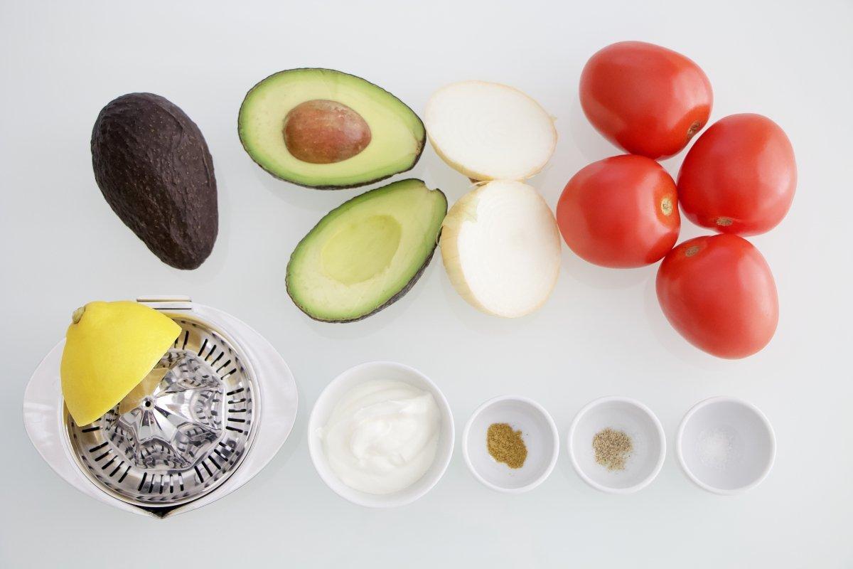 Ingredientes del tartar de tomate y aguacate