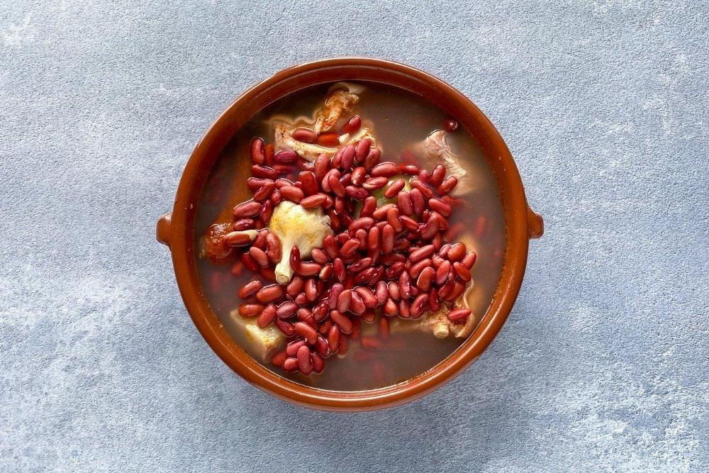 Ingredientes en cazuela de barro para elaborar olla podrida