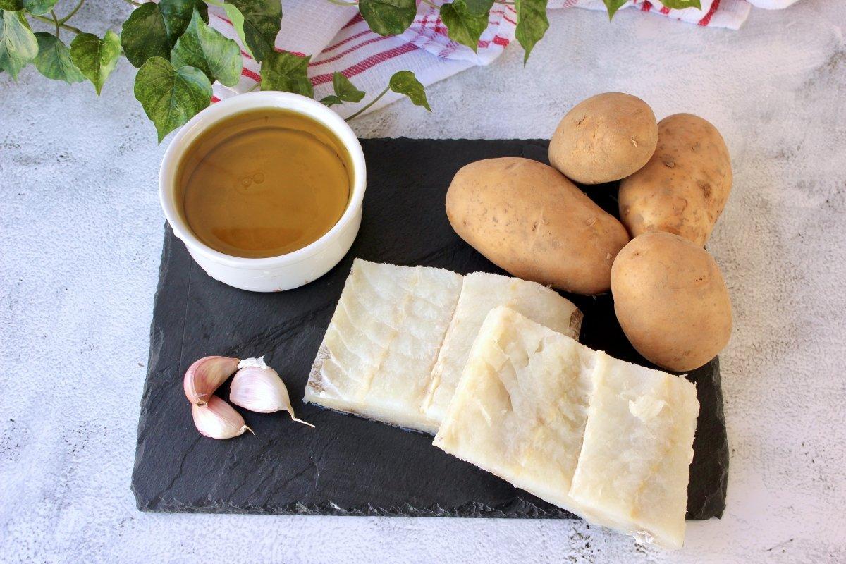 Ingredientes necesarios para elaborar bacalao confitado con patatas panadera
